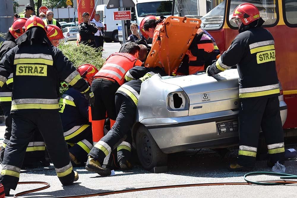 Zderzenie tramwaju z samochodem i akcja ratownicza