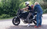 Małe dziecko wiezione na motorze