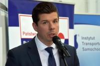 Rzecznik prasowy Instytutu Transportu Samochodowego Mikołaj Krupiński, prowadzący konferencję