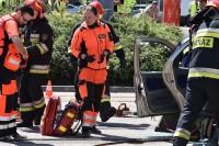 Ratownicy w oczekiwaniu na uwolnienie z pojazdu rannego pasażera