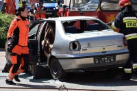 Każda minuta cenna, ratowniczka drogowa dokonuje oceny sytuacji