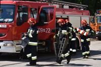 Strażacy przystępują do zabezpieczenia miejsca zdarzenia drogowego