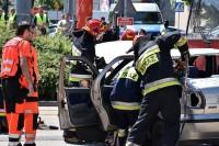 Strażacy przystępują do odcięcia dachu pojazdu. To jedyna możliwa droga wydobycia rannego