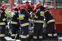 Strażacy i ratownicy wspólnie wydobywają rannego unieruchomionego na noszach