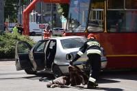 Strażak przygotowuje koc zabezpieczający uwięzionego w samochodzie pasażera
