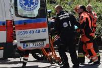 Nosze i ratownicy już w pojeździe, ambulans zaraz odjedzie do szpitala
