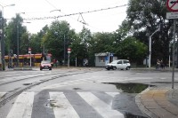 Ulica jednokierunkowa z wyznaczonymi pasami ruchu dla rowerów w kierunku zgodnym ze wskazaniem znaku drogowego D-3 i kierunku przeciwnym do niego