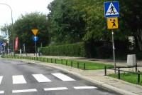 Przejście dla pieszych, przez tak oznakowane przejście rowerem przejeżdżać nie wolno, można wyłącznie przeprowadzić pieszo