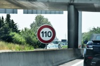 Zmniejszamy i stosujemy się do prędkości określanej przez znaki drogowe