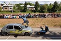 Zderzenie motocyklisty z samochodem (crash test)