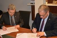 Podpisano Porozumienie o współpracy KLTPP oraz PKE (od lewej) Marek Świeczkowski, prezes Klastra Logistyczno-Transportowego Północ-Południe oraz Witold Wiśniewski, koordynator Polskiego Klastra Edukacyjnego (fot. PKE)