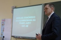 Dyrektor WORD w Opolu, Edward Kinder, przedstawił wdrożone na Opolszczyźnie mobilne stanowisko egzaminowania na prawo jazdy kat. AM