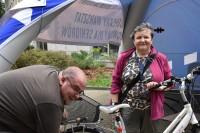 Seniorzy-rowerzyści uzyskali pomoc w naprawie rowerow.