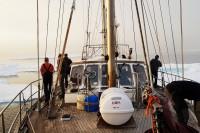 """Polski jacht """"Ocean A"""" płynie wzdłuż wschodniego brzegu Grenlandii"""