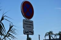 Francuzi malując kopertę na jezdni użyli koloru czerwonego – tego już nie praktykujemy. Obok postawili znak pionowy właśnie B-36 i tabliczkę do znaków drogowych (fot. Jolanta Michasiewicz)