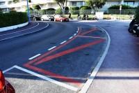 Francuzi malując kopertę na jezdni użyli koloru czerwonego – tego już nie praktykujemy. Obok postawili znak pionowy właśnie B-36 i tabliczkę do znaków drogowych.