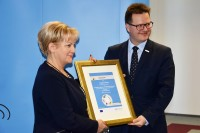 Minister Andrzej Bittel wręczył uczestnikom kampanii dyplomy honorowe