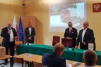 (od lewej) Piotr Drapa, prezes GSOS, Roman Banczyk, zastępca dyrektora ds. egzaminów i nadzoru WORD Katowice, Mirosław Grzywa, dyrektor WORD Katowice, Andrzej Misiołek, Senator RP