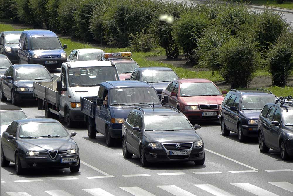 """Samochód stojący na """"czerwonym"""" to nadal pojazd w ruchu"""