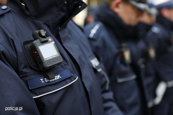 Ruszył pilotażowy program kamer na policyjnych mundurach