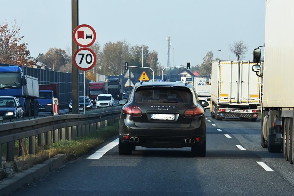 Znak drogowy po lewej stronie