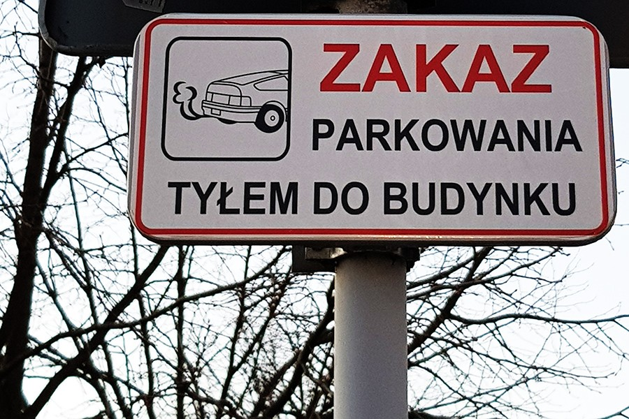 Czy można parkować tyłem do budynku?