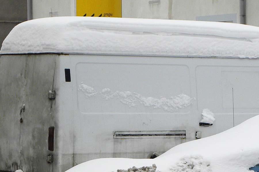 Cytujemy: - Obowiązujące przepisy nie zabraniają stosowania ramp do odśnieżania samochodów ciężarowych