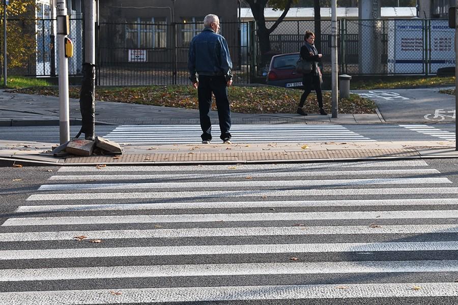 Przejście dla pieszych podzielone wysepkami. Stanowisko resortu infrastruktury