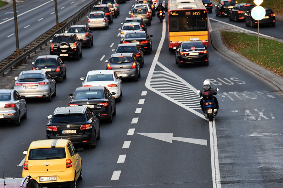 Motocykliści wjeżdżają na buspasy