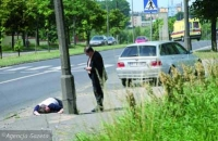 Czy zatrzymamy się, widząc leżącego na ulicy człowieka?