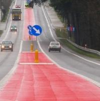 Czerwony pas oczekiwania na skręt w lewo
