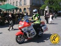 Ratownicy dojeżdżają na rowerach i motocyklach