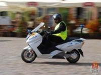 Policjanci na elektrycznych skuterach