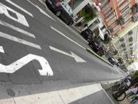 Motocykliści jadą buspasami
