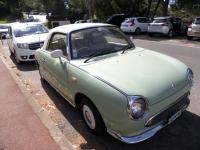 Mały samochód w stylu z lat pięćdziesiątych ubiegłego stulecia