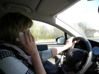 Coraz więcej rozmawiamy przez telefon podczas jazdy