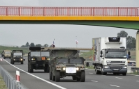 Przy drogach pojawiły się żółte znaki drogowe