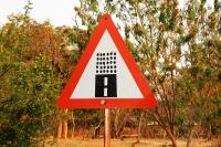 Przed czym ostrzega ten znak?