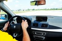 Zimny łokieć i sterowanie kolanami – niebezpieczne praktyki kierowców