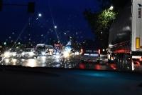 Światła do jazdy dziennej podczas deszczu czy mgły – jakich błędów unikać?