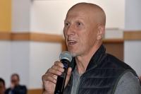 Bogdan Sarna – instruktor nauki jazdy - obserwuje i podpowiada