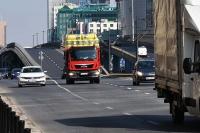 Przeładowane ciężarówki rozjeżdżają drogi w miastach