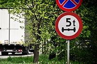 Znaki drogowe związane z naciskami osi pojazdu